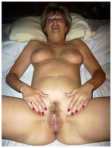 Femme mure à la chatte poilue